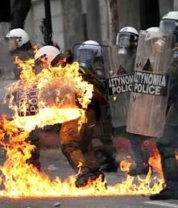 Qué majos estos policías. Disturbios-en-grecia-300x350-257x300