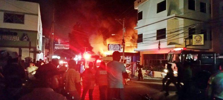 Santiago: Controlan fuego destruyó tres negocios