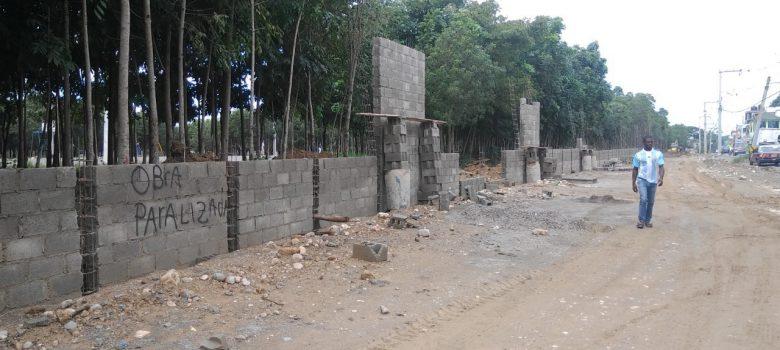 Abel paraliza construcción pared en Parque Central