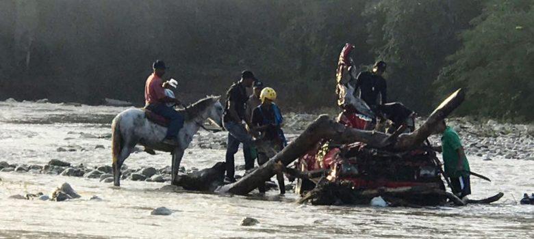 Puerto Plata: Un muerto y un desaparecido al ser arrastrada camioneta por río Camú