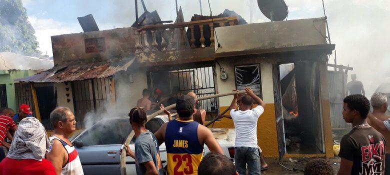 Fuego destruye vivienda y tres vehículos