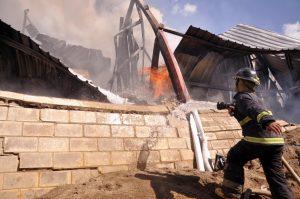 Fuego destruye distribuidora de colchones en Gurabo