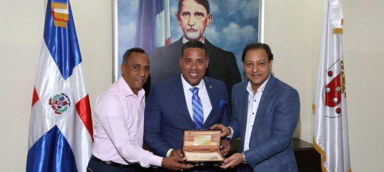 Alcalde Abel Martínez entrega llaves de la ciudad a concejal dominicano Alex Méndez