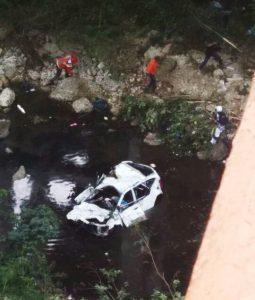 Dos mujeres mueren al caer yipeta desde puente al río Cumayasa