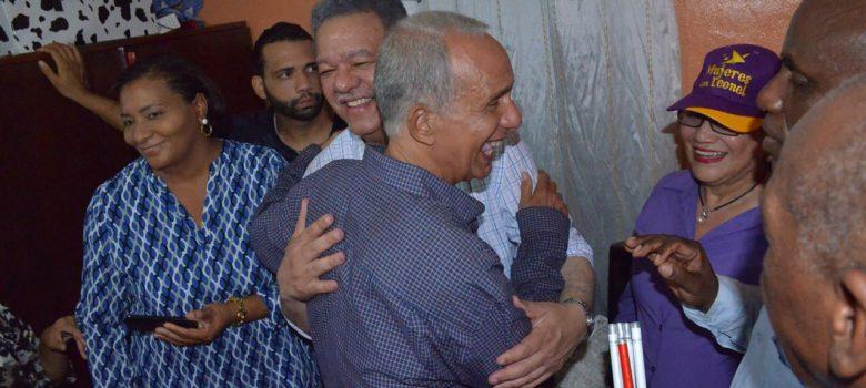 Leonel Fernández visita dirigentes PLD en Los Alcarrizos