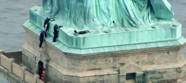 Mujer escala la Estatua de la Libertad en Nueva York