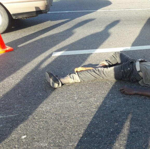 Haitiano se lanza autobús y muere arrollado