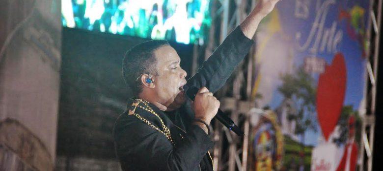 Que baile mi gente memorable concierto de Héctor Acosta en Santiago
