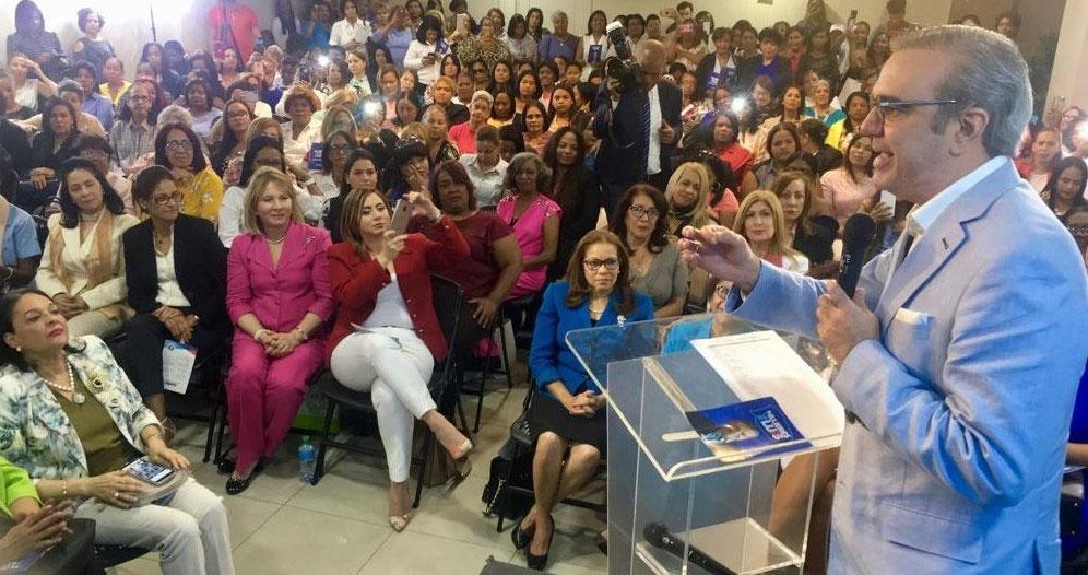 Abinader exhorta mujeres a ser protagonistas del cambio