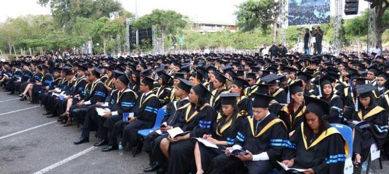 PUCMM celebra graduación