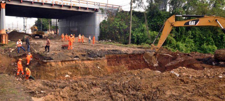 Brigadas de Obras Públicas trabajan en reparación hundimiento autopista