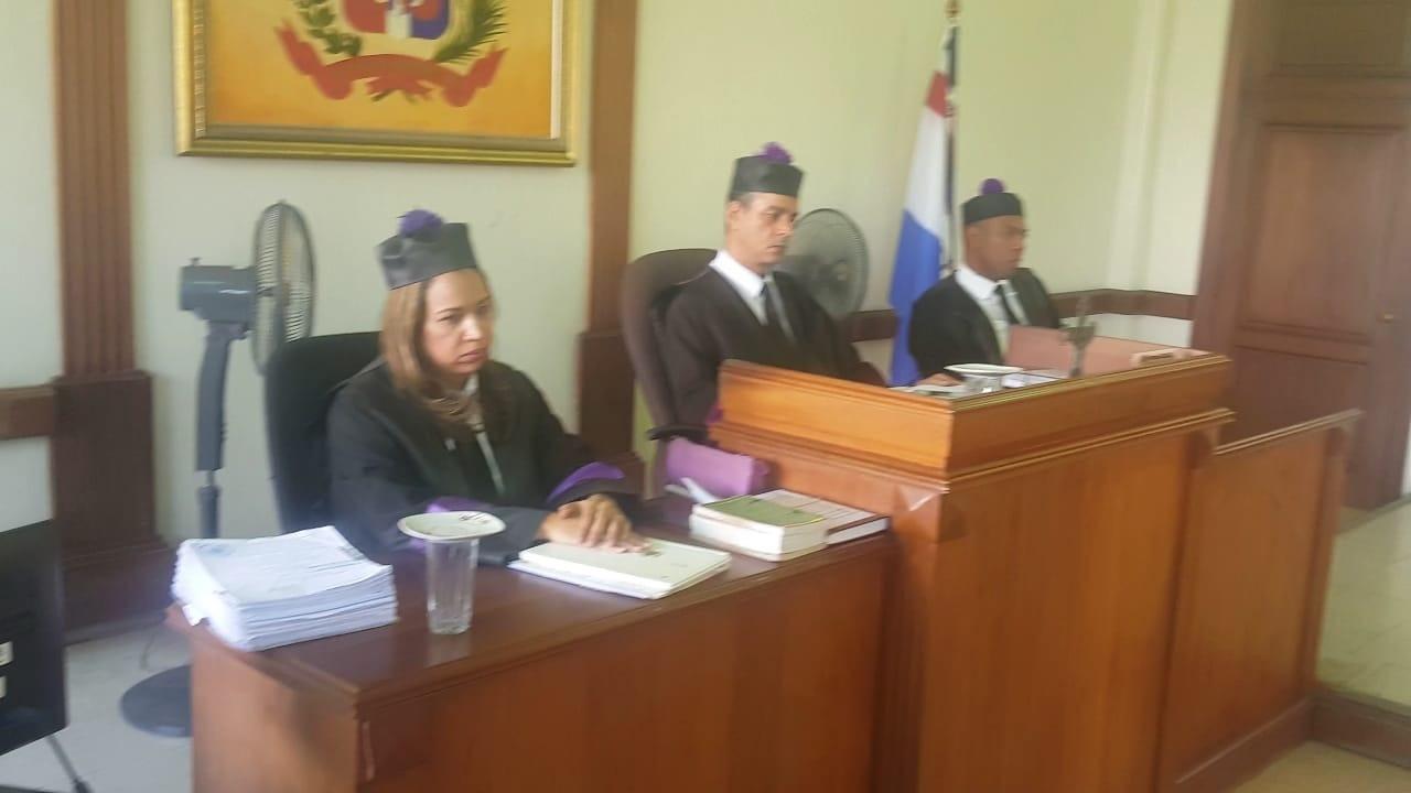Condenan 5 empleados aduanas y pasajera por dólares contrabando