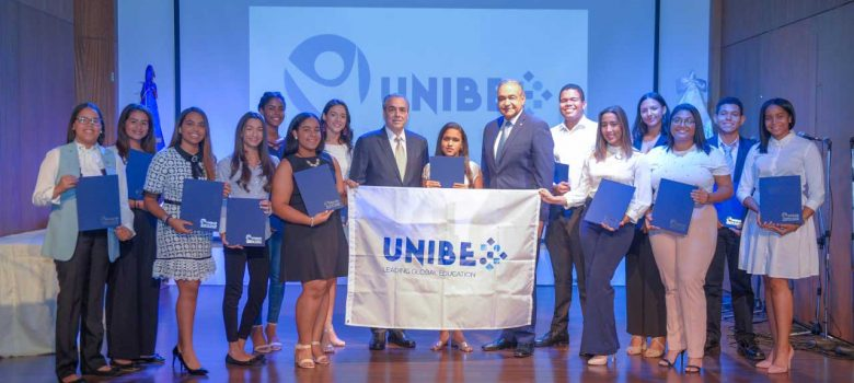 Unibe otorga 14 becas estudiantes meritorios