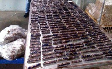 """Santo Domingo.- La Dirección Nacional de Control de Drogas (DNCD), bajo la coordinación del Ministerio Público y apoyados por agencias de inteligencia, ocuparon en el Aeropuerto Internacional del Cibao, más de cinco kilos presumiblemente cocaína, camuflados en varias cajas de tabaco. Las autoridades realizaron un operativo en el área de carga de la terminal, donde se ocuparon 478 envolturas de tabaco, conteniendo en su interior 5.3 kilogramos presumiblemente de cocaína. La droga sería enviada en un vuelo comercial a Miami y por el caso se mantienen bajo investigación a dos personas. """"El Ministerio Público y la DNCD amplían las investigaciones para determinar si hay otros implicados en el frustrado envío de la sustancia"""" señala el comunicado de prensa. Las autoridades han reforzado los operativos de interdicción en contra del narcotráfico y otros delitos, en aeropuertos, puertos, fronteras y otros puntos del país. La sustancia fue enviada bajo cadena de custodia al Instituto Nacional de Ciencias Forenses (INACIF) para los fines correspondientes."""