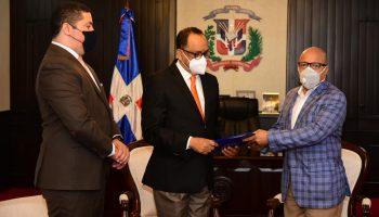 Pacheco recibe proyecto de ley sobre el Referendo