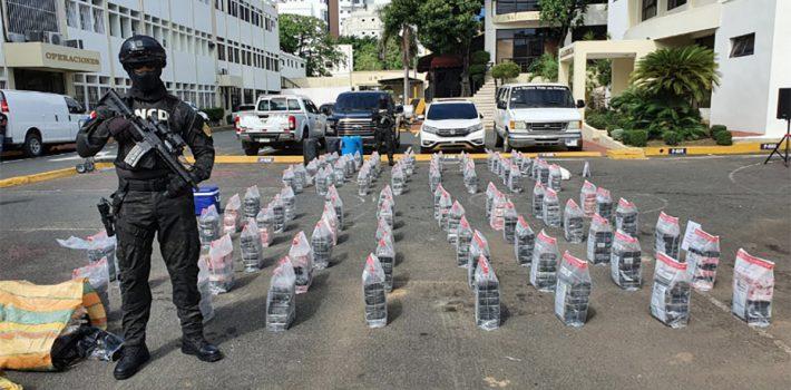 Santo Domingo.- La Dirección Nacional de Control de Drogas (DNCD) y efectivos de la Armada de República Dominicana, coordinados por miembros del Ministerio Público, se incautaron de 615 paquetes presumiblemente cocaína, en dos operativos de interdicción desplegados en las costas de San Pedro de Macorís y Azua. En una primera operación y atendiendo a informes de inteligencia las autoridades montaron un amplio operativo e interceptaron a los ocupantes de una lancha, a unas 10 millas náuticas al Sur de las costas de San Pedro, cuando intentaron introducir el cargamento a territorio dominicano. Tras abordar la embarcación, se ocuparon 13 sacos conteniendo los paquetes y arrestaron a dos hombres (dos dominicanos), sorprendidos a bordo de la lancha de 22 pies de eslora, con dos motores fuera de borda. En la operación conjunta se ocuparon además, dos GPS, un teléfono satelital, celulares, siete garrafones de combustibles, dos chalecos salvavidas, lonas, dos neveras playeras con bebidas energizantes, agua y comestibles. En una segunda intervención, la DNCD y la Armada, sorprendieron a los tripulantes de una embarcación que intentó desembarcar por las costas de la provincia de Azua, 10 sacos conteniendo 300 paquetes de una sustancia, que se presume es cocaína. En el operativo se apresaron dos hombres (dominicanos) y se ocupó un fusil marca Colt, calibre 5.56, un GPS, cuatro celulares, una neverita con bebidas, agua, comestibles y dos motores fuera de borda de 60 y 75 Hp. En las últimas horas las operaciones de interdicción marítima se han redoblado en todo el litoral costero del país, dando como resultado, el decomiso de más de 600 paquetes de presunta cocaína en la zona Este y Sur del país, apresando a cuatro dominicanos y ocupando múltiples evidencias. Se manejan informes de que las embarcaciones habrían llegado a costas dominicanas desde Sudamérica, mientras se amplía el proceso investigativo en cada uno de los casos, sin determinarse hasta el momento si guardan alguna re